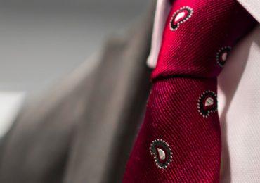 Aprende cómo hacer nudos de corbata para toda ocasión. Una guía completa para hacer nudos de corbata elegantes y con estilo.