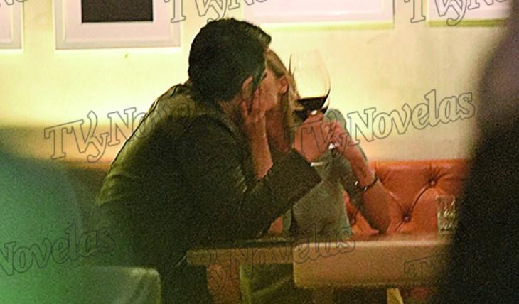 CUPIDO LE ATINÓ. Durante la cena, Adrián y Thuany estuvieron muy cariñosos, juntitos y besándose. Foto: CHKLAN/Arturo Gallegos