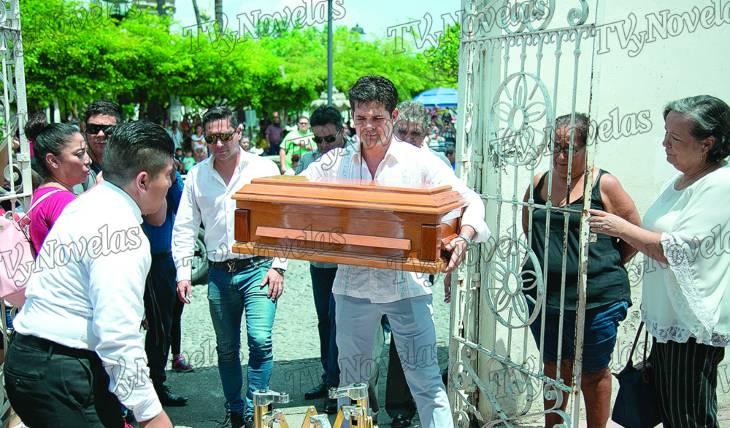 DIFÍCIL MOMENTO. El actor cargó el ataúd de su pequeño hasta el atrio de la iglesia. Foto: Jorge Soltero