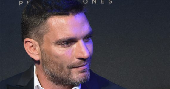 Julian Gil sorprende a sus fans al publicar video bañándose - Getty
