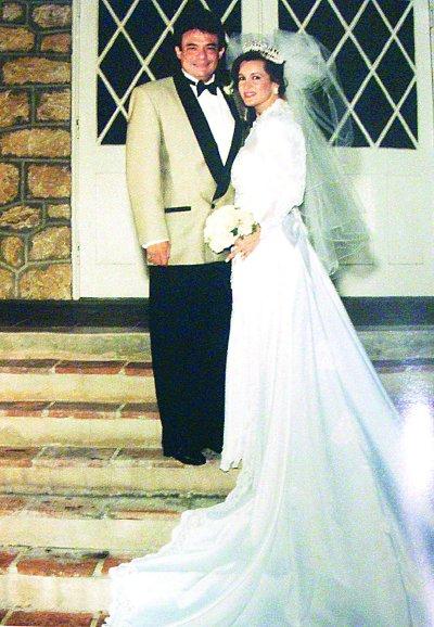 SU ÁNGEL. A tan sólo un año cuatro meses de conocerla, José José se casó con Sara Salazar, le confió las riendas de su carrera y hasta decisiones personales. Foto: Archivo TVyNovelas