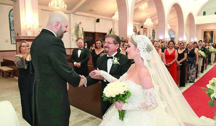 PACTO DE CABALLEROS. Don Armando León, padre de la novia, la entregó en el altar de la Catedral de Mexicali. Su yerno, José Alberto, le prometió hacerla muy feliz. Foto: Cortesía