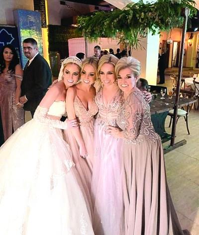 JUNTAS POR SIEMPRE. La novia eternizó en esta imagen la unidad que mantiene con sus hermanas y mamá. Foto: Cortesía