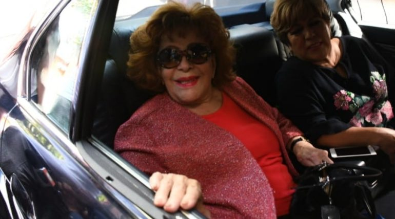 Silvia Pinal sale del hospital. Foto: Ricardo Cristino