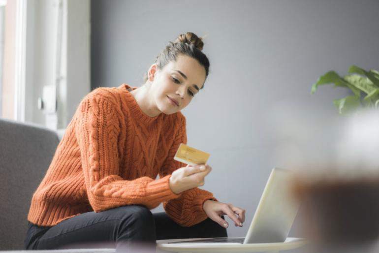 BanCoppel mujer viendo tarjeta de crédito