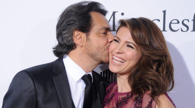 Eugenio Derbez celebra su octavo aniversario de bodas, con serenata para Alessandra Rosaldo. Foto: Getty Images