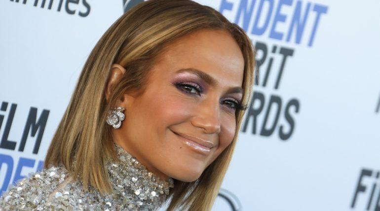 Jennifer López presume belleza natural a sus 51 años