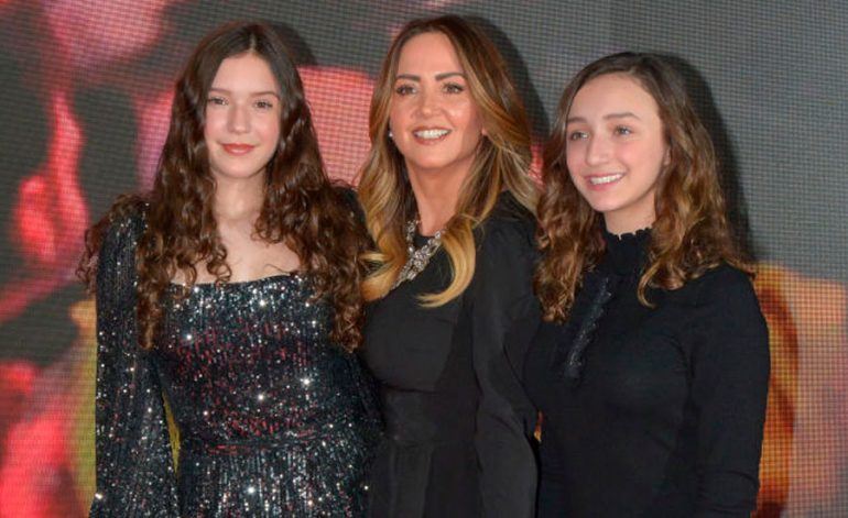 Andrea Legarreta y sus hijas