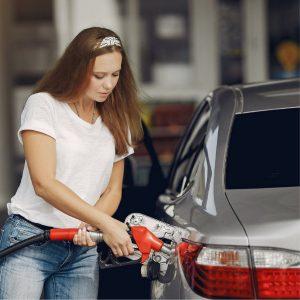 Mujer despachando gasolina
