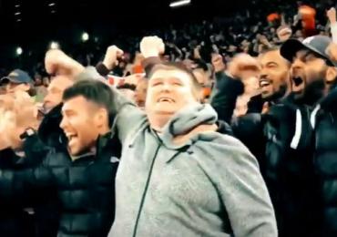 Aficionado ciego del Liverpool festeja gol con su primo