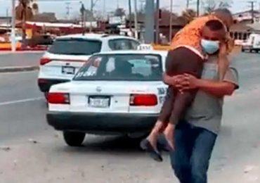 Hombre carga a su mamá