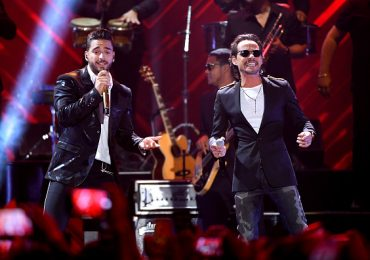 Maluma besa a Marc Anthony