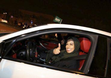 Mujeres en Arabia Saudita ya pueden conducir automóviles