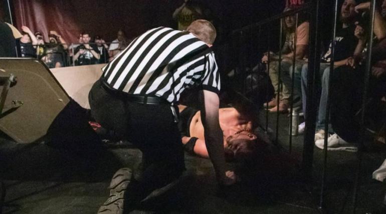 VIDEO: Luchador se rompe el cráneo tras lanzarse de la tercera cuerda