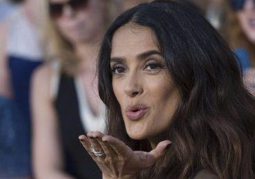 Salma Hayek incendia las redes con sensual traje de baño