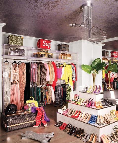 Kylie Jenner presume su casa y usuarios enloquecen con su guardarropa