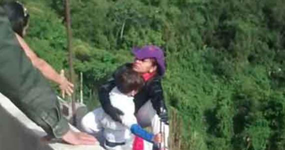 #VIDEO: Mujer salta de un puente con su hijo en brazos