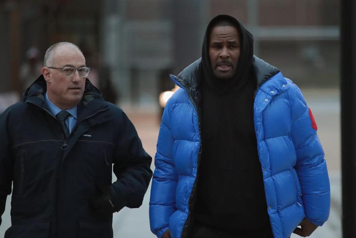 R. Kelly ese declara no culpable de abuso y paga fianza para salir libre