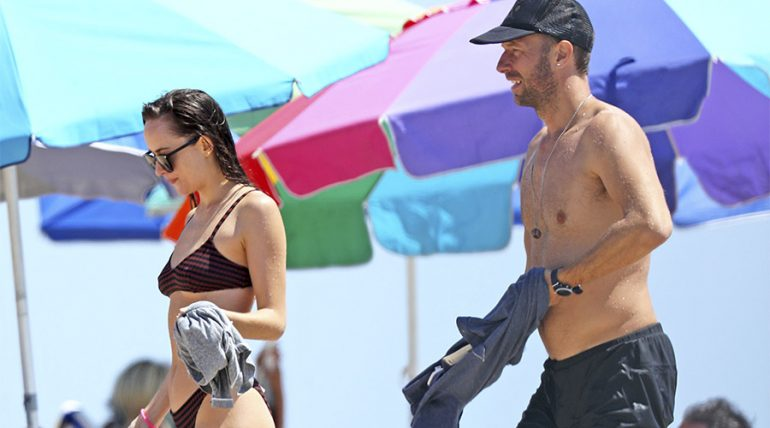 Dakota y Chris Martin siguen juntos y disfrutan de la playa - Grosby Group