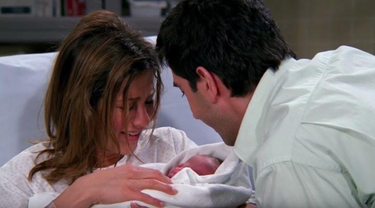 """Así es la hija de Rachel y Ross en """"Friends"""" en la actualidad - Captura YouTube"""