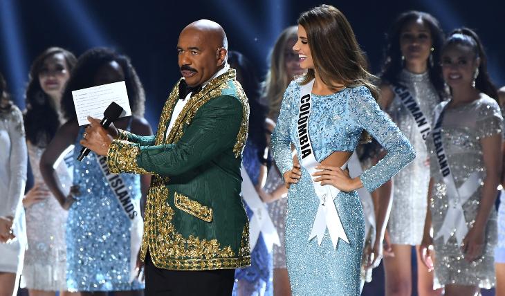 Steve Harvey y Miss Colombia, Gabriela Tafur. Foto: Getty Images